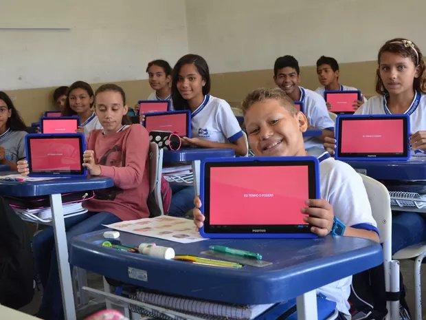 escola em itanhaem usa tablets e tecnologia na sala de aula