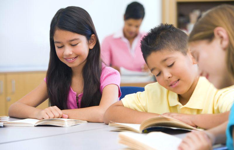 alunos estudando por conta própria na sala de aula