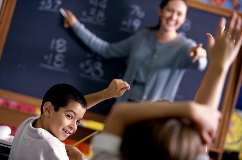 professor-e-alunos-na-sala-de-aula