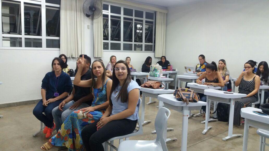 Veja como a Prof.ª Leandra usou Sala de Aula Invertida, Mapas Conceituais e Fishbowl para ter resultados incríveis na sua aula